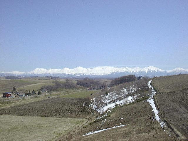 ペンションウィズユーの前から十勝岳連峰を望む(1)