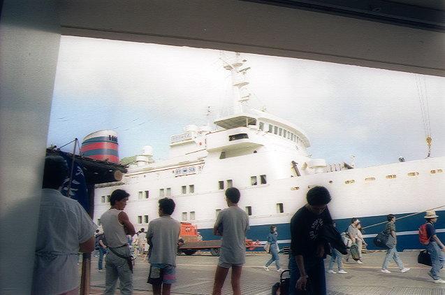 おがさわら丸、二見港到着(2)