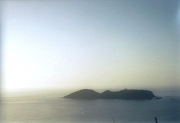 夕暮れの海と西島